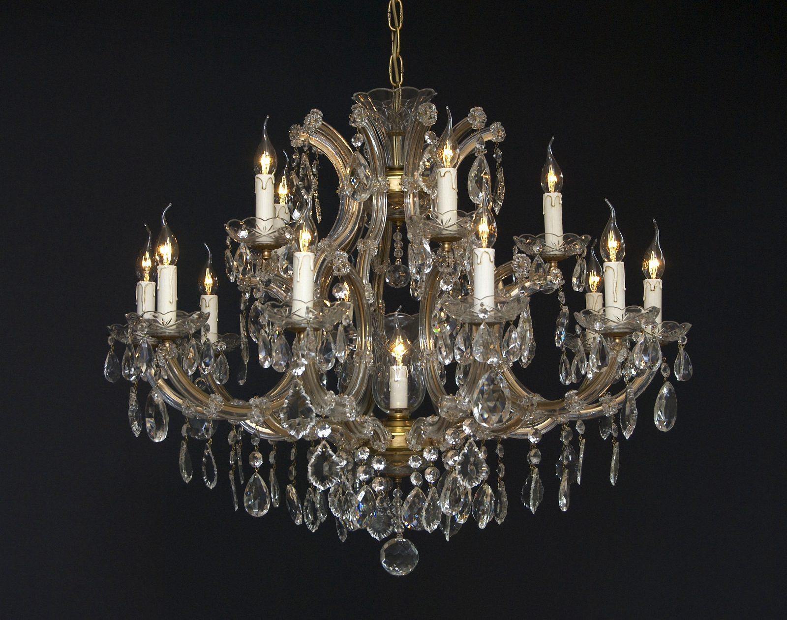 A 20th century crystal glass chandelier with 16 light